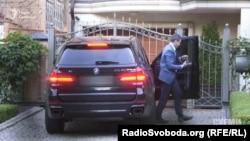 Голова Київського апеляційного адміністративного суду Андрій Горяйнов, відповідно до декларації, не має автомобілів, тому його, схоже, підвозять