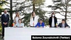 Президент Молдовы Майя Санду, президент Грузии Саломе Зурабишвили и президент Украины Владимир Зеленский подписывают Батумскую декларацию