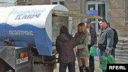У Луганську водогін працює з перебоями, а вода в ньому буває з хробаками