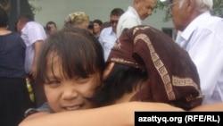 Марқұм Руслан Жолдыбаевтың қызы Аида анасын жұбатып тұр. Ақтөбе облысы Шұбарқұдық кенті. 22 маусым 2012 жыл,