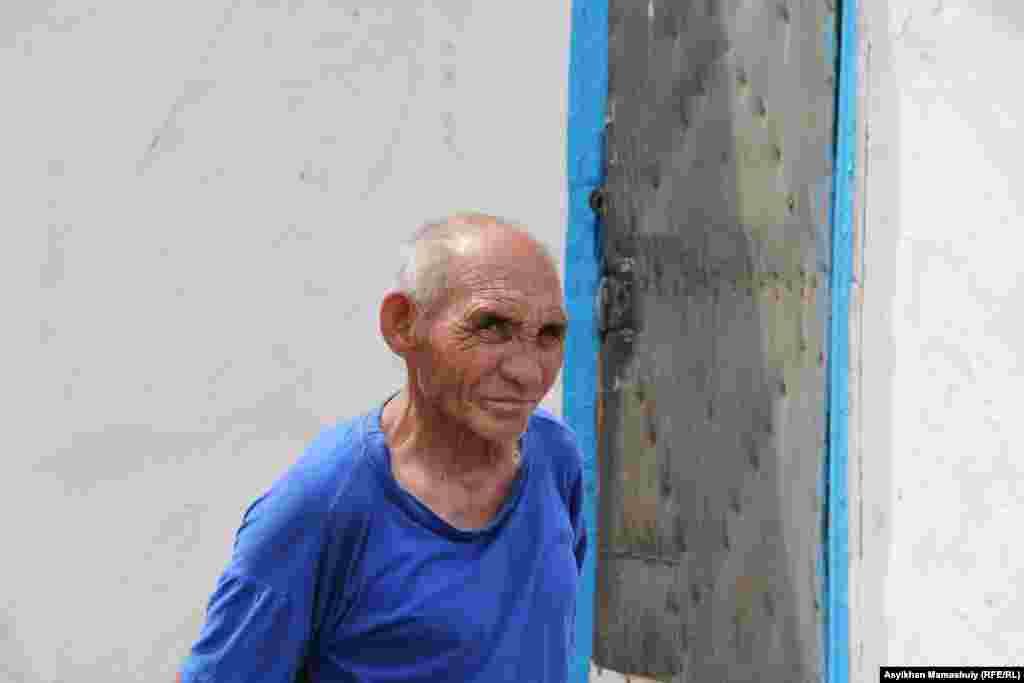 Ауыл тұрғыны, зейнеткер Қанатбек Тезекбаев «бұрын гүлденген ауылда жастар қалмағанын, жұмыс жоқ екенін» айтады.
