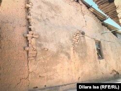 Поврежденный взрывами дом в Арыси.