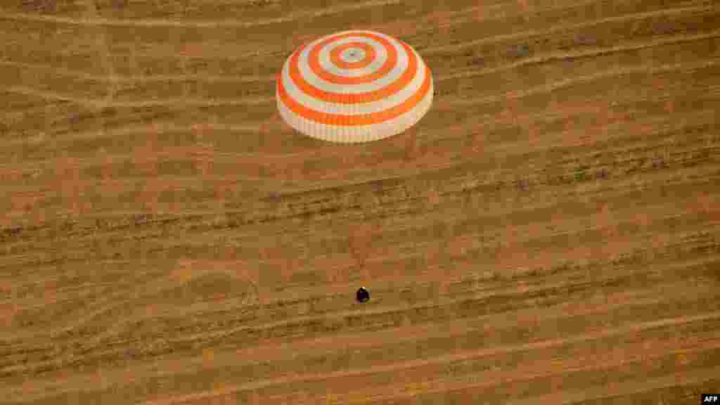 A Soyuz TMA-22 capsule carrying an American astronaut and two Russian cosmonauts descends outside of the Kazakh town of Arkalyk on April 27. (AFP/Kirill Kudryavtevsev)