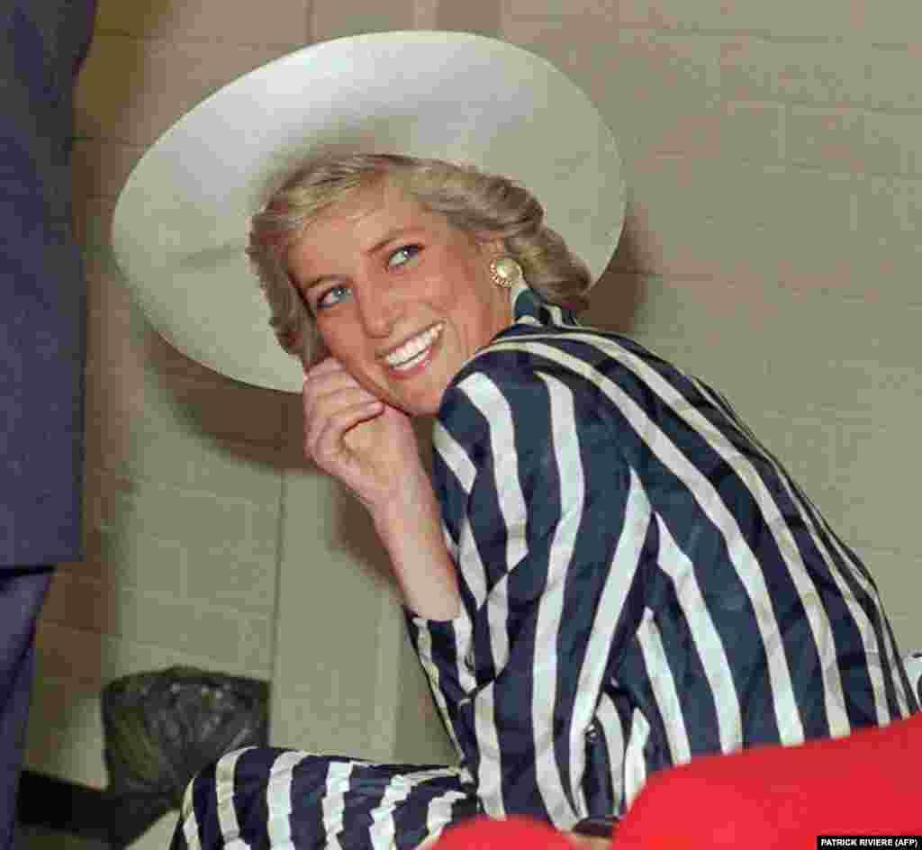 На фото за 27 січня 1988 року Діана, принцеса Уельська, під час її візиту до парку Footscray у передмісті Мельбурна, Австралія.