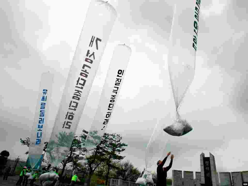 Перебежчики отправляют через границу воздушные шары с пропагандистскими материалами и деньгами на территорию Северной Кореи, которая сегодня празднует день рождения Ким Ир Сена.