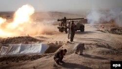 """عناصر من البيشمركة في قصف لمواقع مسلحي """"داعش"""" قرب طوز خورماتو"""
