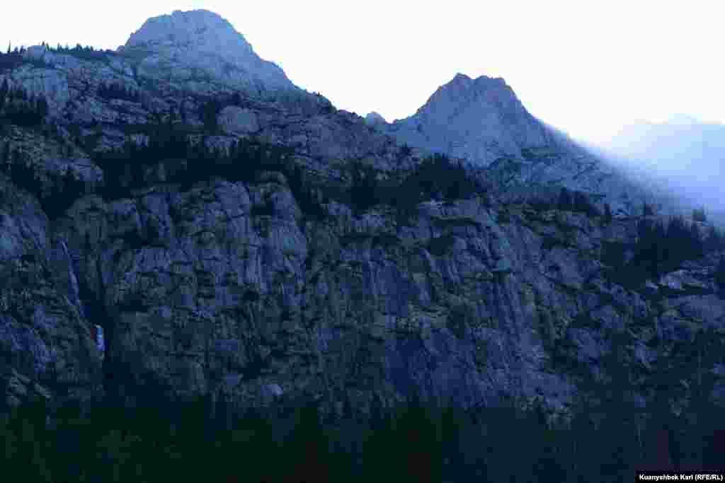 Вода падает вниз с такой отвесной скалы. Фото сделано ранним утром.