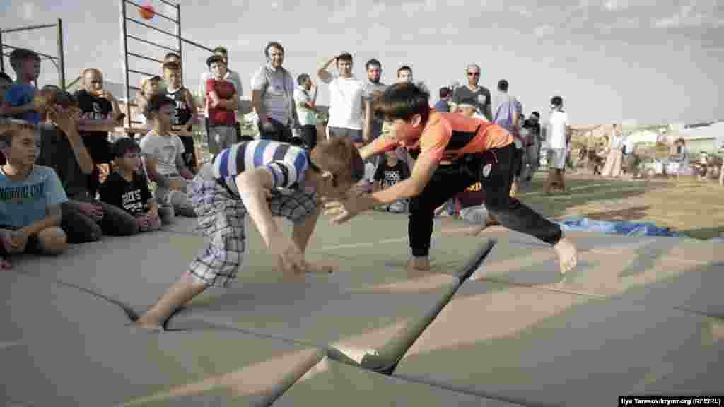 Підлітки брали участь у змаганнях із національної боротьби куреш