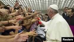 Папа Франциск благословляє вірян у Ватикані, серпень 2015 року