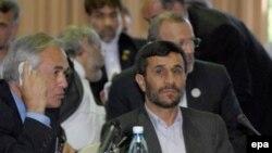 Наблюдатели полагают, что конференцию в Тегеране президент Ахмадинеджад (справа) использует в качестве пиар-акции