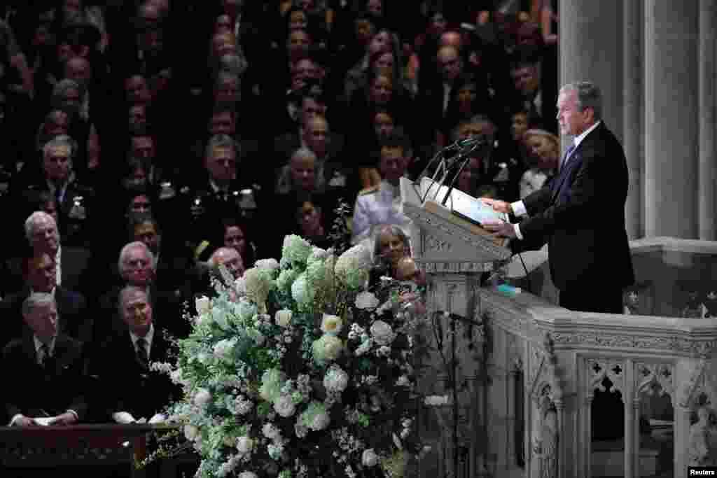Маккейн попросив екс-президентів Обаму і Буша, демократа та республіканця, виголосити надгробні промови під час його похорону. Це сприйнялося як його останнє послання країні про його бажання двопартійності