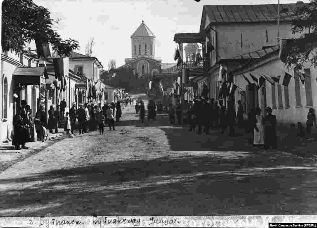 Одна из центральных улиц в городе Темир-хан-шура (Буйнакске)