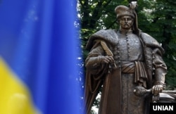 Пам'ятник гетьману Пилипу Орлику (1672–1742) в Києві. Орлик народився на білоруських землях