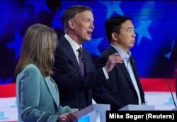 Ендрю Янг, крайній ліворуч. Посередині Меріенн Вільямсон. Демократична партія представляє своїх кандидатів. 27 червня 2019 року