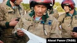 Vladimir Putin Tu-160 təyyarəsinin modelini nəzərdən keçirir