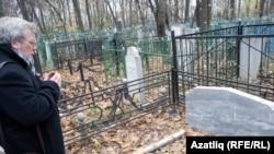 Равил Бохараев узган елның октябрендә Казанда ата-анасы кабере янында
