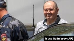 Оюба Титиева выходят из здания суда, 3 июля 2018 г.