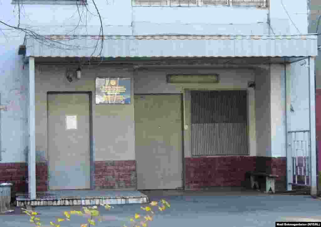 Қазіргі ҰҚК уақытша оқшаулау абақтысы (суретте) орналасқан Наурызбай көшесі №108 үй бұрын НКВД-КГБ ғимараты болатын. Төле би көшесінің бойындағы №228 үй 1934 жылы НКВД түрмесі осы ғимаратқа көшірілгенге дейін абақты қызметін атқарды.