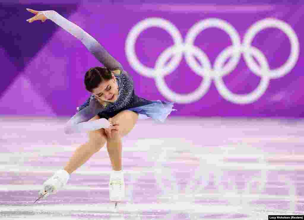 На втором месте по итогам короткой программы - Евгения Медведева, тоже представляющая команду олимпийских атлетов из России. У Медведевой - 81,61 балла. Россиянка является победительницей чемпионата мира 2017 года.