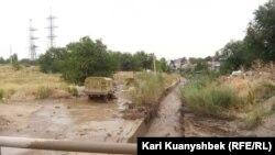 Район близ пересечения улиц Шаляпина и Яссауи, пострадавший после схода селя в Алматы, 23 июля 2015 года.
