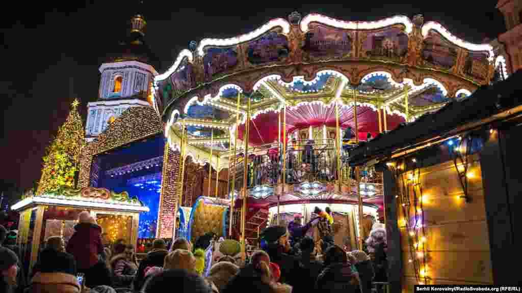 Простір між Софіївською та Михайлівською площами – організатори створили святковий новорічний простір у європейському стилі