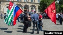 Общение с абхазскими коллегами дают российским политологам возможность точнее и многостороннее оценивать довольно сложную палитру политической жизни маленькой страны