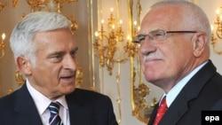 Глава Европарламента Ержи Бузек (слева) пытается убедить президента Чехии Вацлава Клауса подписать Лиссабонское соглашение.