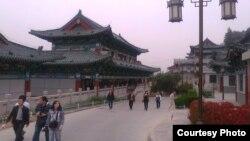 Ганьсу провинциясынын борбору Ланьчжоу шаары. Бул шаардагы университетке кыргыз жаштары да окуп келген. ( Канатбек Абдиев аттуу студенттин сүрөтү)