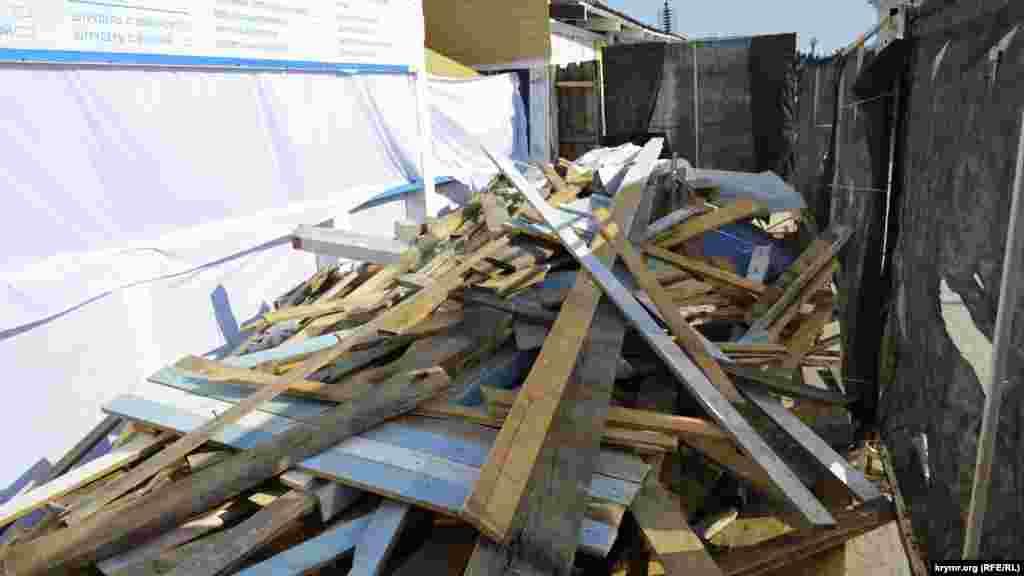 Возле павильонов лежит строительный мусор