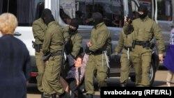 Менскі АМАП затрымлівае жанчыну падчас маршу пратэсту 26 верасьня