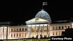 Попытки правящей коалиции во что бы то ни стало заставить Маргвелашвили освободить Авлабарскую резиденцию звучат уже на протяжении двух лет.