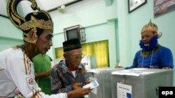 На избирательном участке в Индонезии.