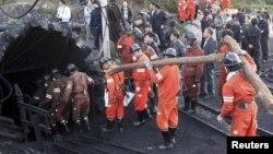 Pamje e hyrjes së ekipeve të shpëtimit pas një incidenti të mëparshëm në një minierë në Kinë