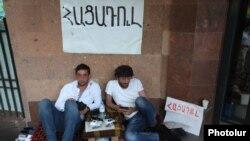 На 8-ы дзень акцыі пратэсту супраць павышэньня коштаў на электраэнэргію двое пратэстоўцаў распачалі галадоўку на праспэкце Баграмяна. 30 чэрвеня 2015 году