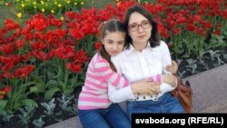 Яліна Салаўёва з маці, фота 2016 году
