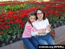 Ялінка Салаўёва з маці Надзеяй. Магілёў, 30 жніўня 2016 году