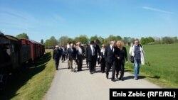 Kolona prolazi pored vagona u kojima se nekad vozilo logoraše, Jasenovac, 16. travnja 2016, foto: Enis Zebić