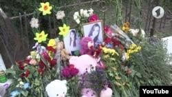 Flori și jucării în amintirea victimei