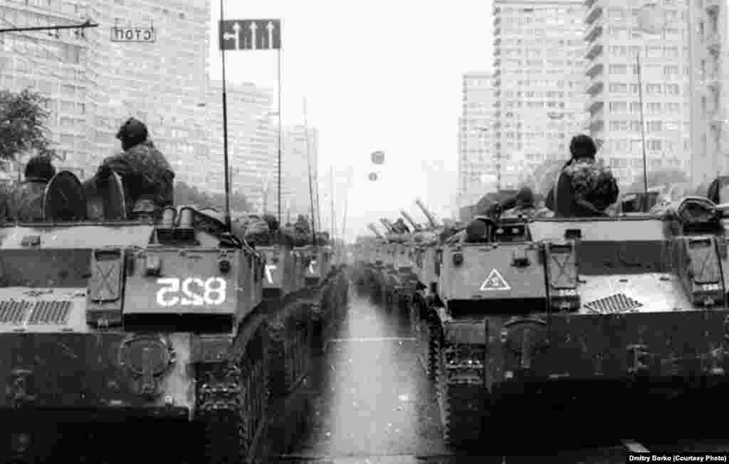 Бронетехніка рухається по Калінінському проспекту. Початок путчу в Москві, 19 серпня 1991 року.