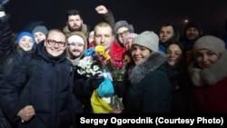 Освобождённый из плена сепаратистов Владимир Фомичёв (в центре)