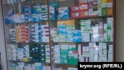 Витрина аптеки в Симферополе. Январь 2015 года