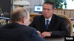 Олексій Улюкаєв (обличчям у кадрі) спілкується з президентом Росії Володимиром Путіним одразу після призначення, червень 2013 року