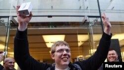 Germaniyaning Myunix shahridagi ilk iPhone 5 egasi quvonchni yashirmadi. 21 sentyabr 2012 yil.