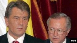 Отставку Тарасюка называют поражением президента в борьбе с премьером за контроль над внешней политикой