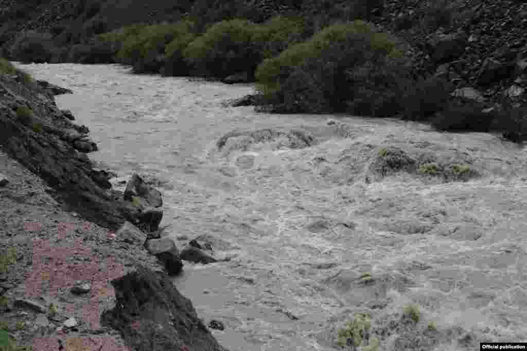 МЧС проводит берегоукрепительные работы на реке в целях предотвращения разрушения части дороги Нарын - Торугарт.