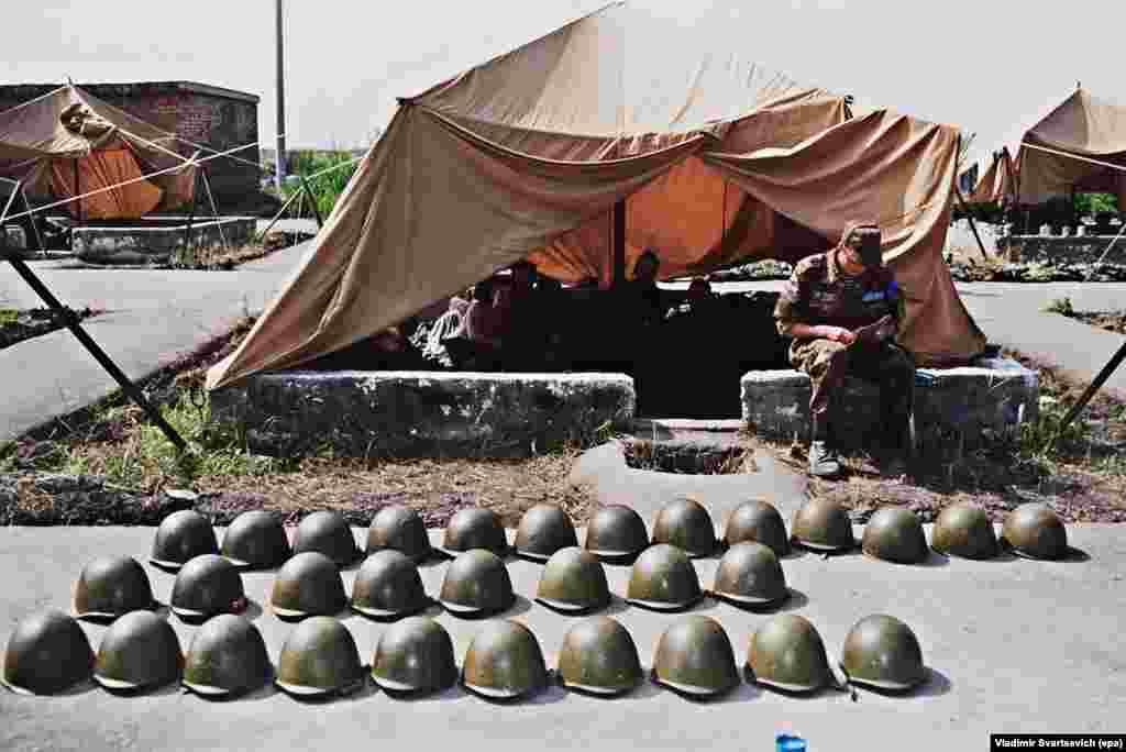 Цхинвалға таяу орналасқан бітімгерлік базасында қатар-қатар тізілген әскери каскалар. Шілде 1992 жыл. Гамсахурдианың орнына келген Эдуард Шевернадзе 1992 жылы маусымда Оңтүстік Осетиямен бітімге келді. Көп ұзамай Грузия, Осетия және Ресей күштерінен тұратын бітімгерлік әскері Оңтүстік Осетияны бақылауға алды. Келісім мыңнан астам адамның қазасына әкелген қақтығысты тоқтатты, бірақ Оңтүстік Осетияның мәртебесі жөніндегі мәселені шешпеді.