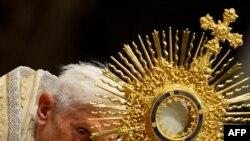 Papa Benedict XVI kroz fotografije