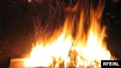 В МЧС заявляют, что, по их данным, пожар возник в результате неосторожного обращения с огнем