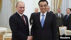 Президент Росії Володимир Путін (ліворуч) і прем'єр-міністр Китаю Лі Кецян