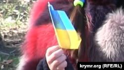 Дівчинка з українською символікою на акції з нагоди 201-ї річниці від Дня народження Тараса Шевченка. Сімферополь, 9 березня 2015 року